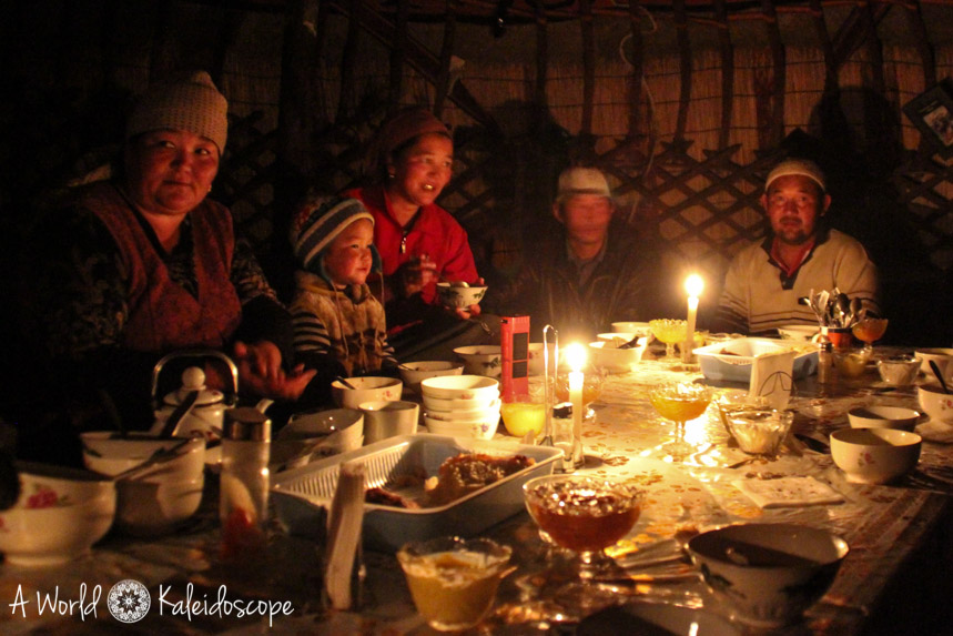 backpacking-in-kirgisistan-yurte-dinner