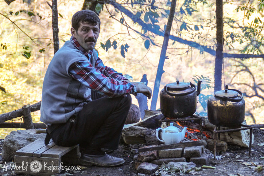 iran-backpacking-qaleh-rudkhan-tea-man